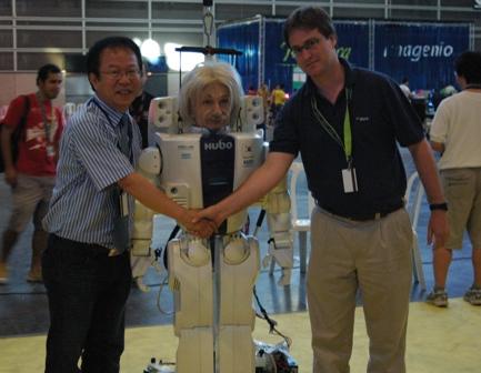 Andres junto al robot Albert Hugo y su creador Jun Ho Oh.