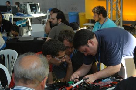 Gente trabajando en el taller de Skybot