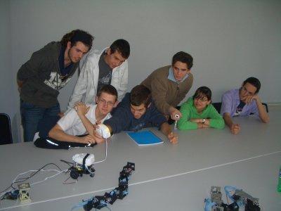 Los alumnos moviendo el skybot con el mando de la wii